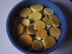 Смазывем майонезом и укладываем картофель