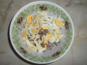 добавляем порезанные яйца для салата